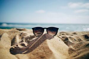 lunettes sur la plage d'Ethan Robertson Unsplash